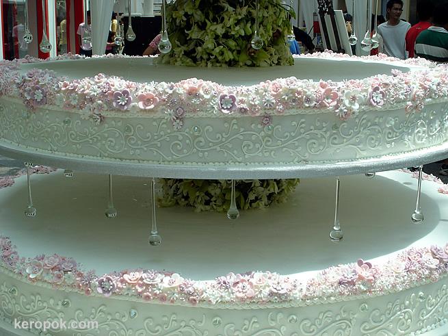 Singapore's Tallest Wedding Cake @ Parco Bugis - KeropokMan